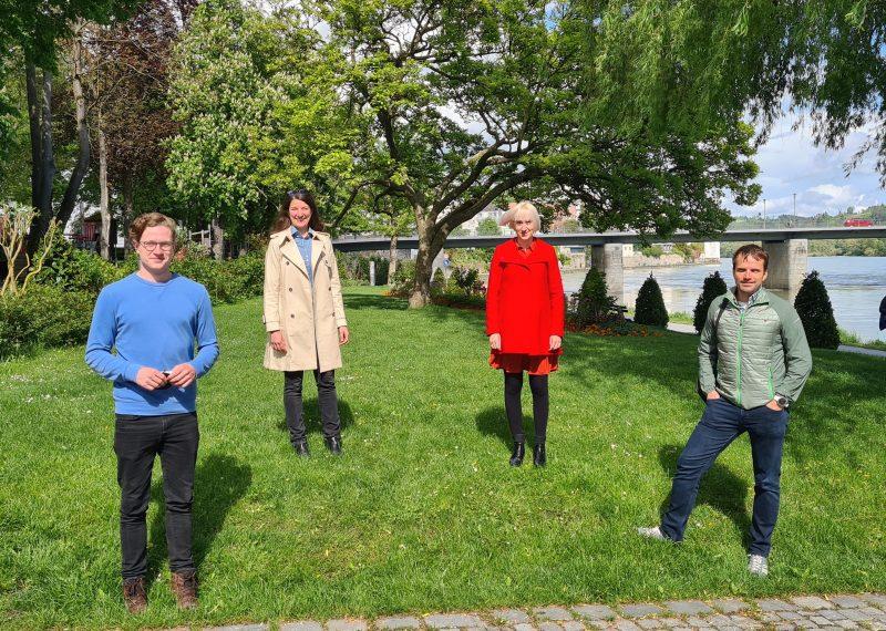 Die Mitglieder der grünen Fraktion im Stadtrat Passau stehen auf einer Grünfläche in der Passauer Innenstadt. Zu sehen sind Matthias Weigl, Dr. Stefanie Wehner, Stefanie Auer und Dr. Stefan Hafner. Fotograf: A. Auer
