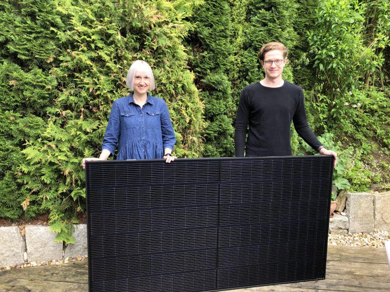 Stefanie Auer und Matthias Weigl von der Grünen-Fraktion des Passauer Stadtrats stehen hinter einem Photovoltaik-Modul.